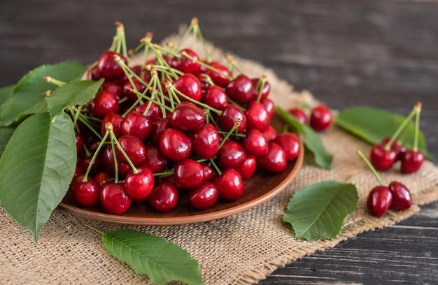 Cereja doce suculenta saboroso em um fundo de madeira. pode ser usado como pano de fundo
