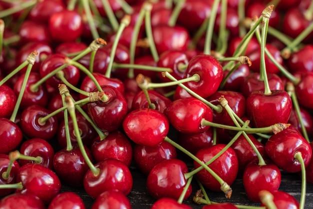 Cereja doce suculenta saboroso em um fundo de madeira.