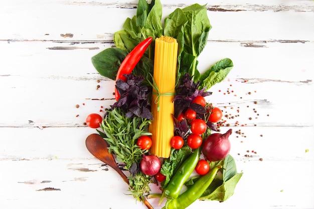 Cereja, estragão, espaguete, pimenta, manjericão, especiarias ingredientes para cozinhar macarrão