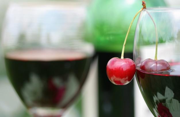 Cereja fresca e vinho tinto