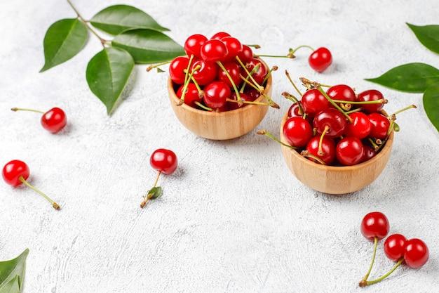 Cereja fresca no prato na mesa branca