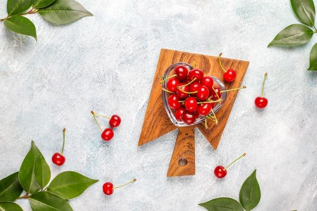 Cereja fresca no prato na mesa