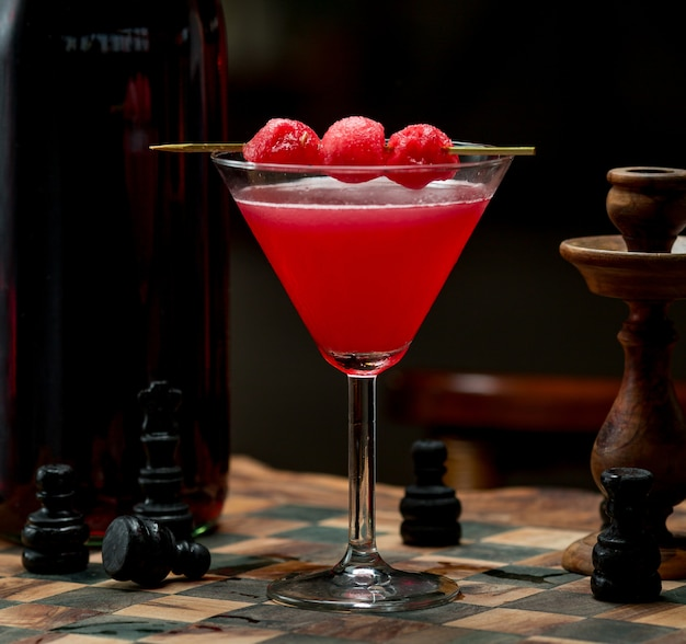 Cereja vermelha cosmopolita com bagas de cereja no topo