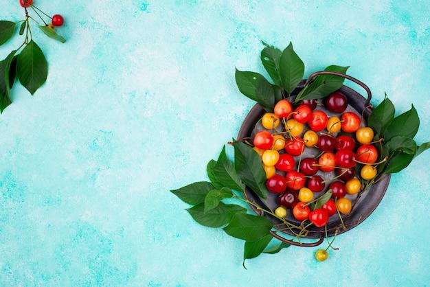 Cereja vermelha e amarela madura fresca