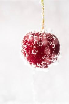Cereja vermelha fresca com bolhas de água