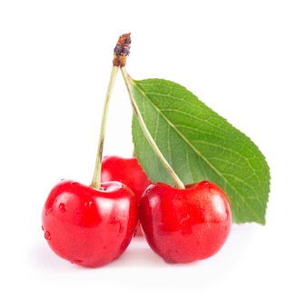 Cereja vermelha fresca e madura isolada na superfície branca