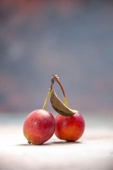 Cerejas as cerejas apetitosas com folhas