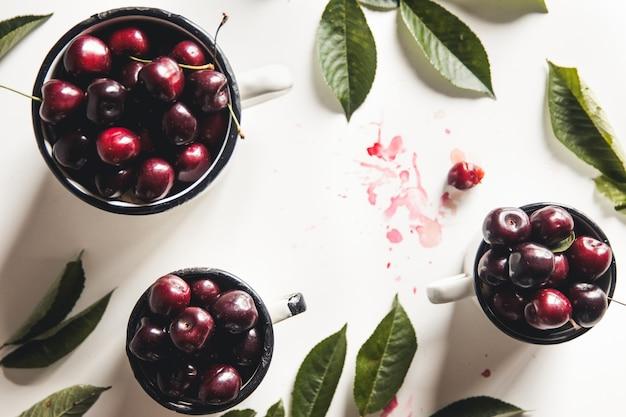 Cerejas cerejas cerejas em tigela branca cereja vermelha cerejas frescas