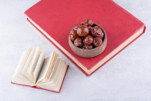 Cerejas de ameixa secas em uma xícara no fundo de concreto. foto de alta qualidade
