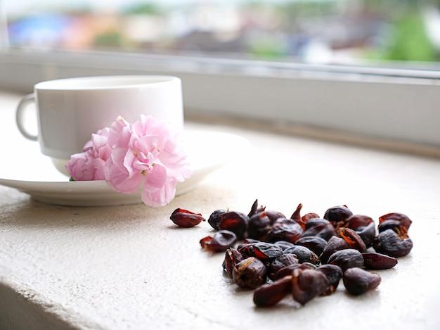 Cerejas de café em uma xícara de café branca