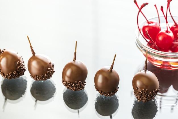 Cerejas de chocolate e coquetel no copo