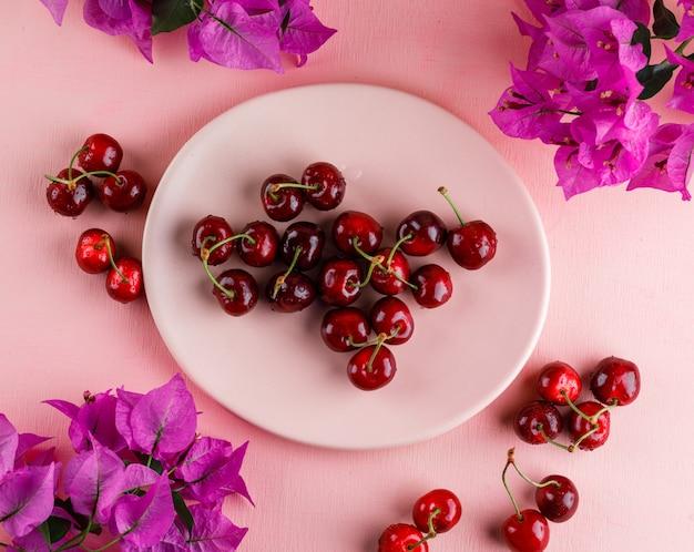 Cerejas em um prato com flores
