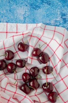 Cerejas em uma mesa