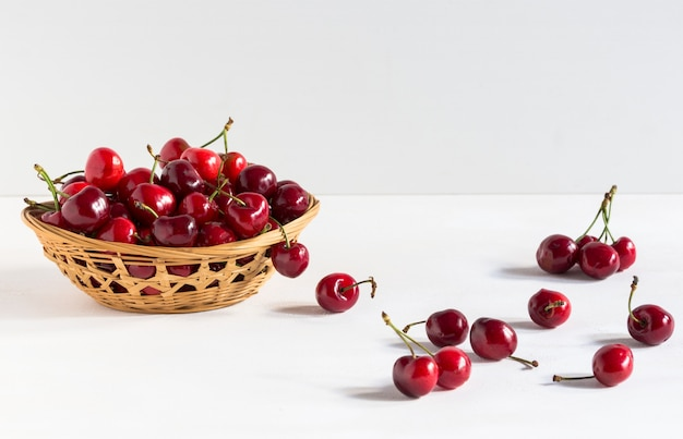 Cerejas frescas em uma tigela