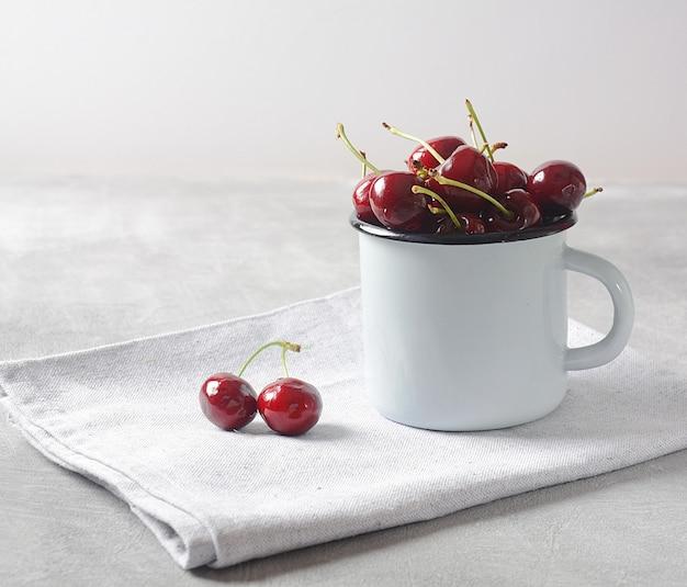 Cerejas frescas em uma xícara