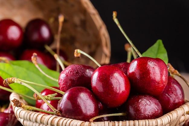 Cerejas frescas maduras para o fundo