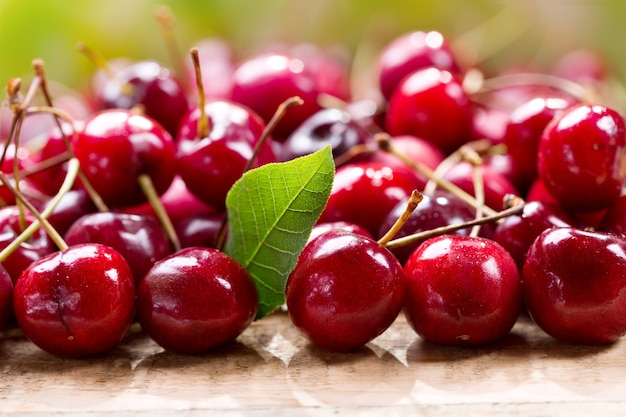 Cerejas frescas na mesa de madeira