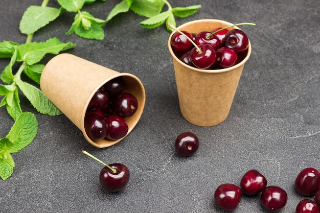 Cerejas maduras em copos de papel