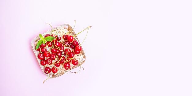 Cerejas maduras vermelhas em uma cesta de vime