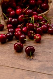 Cerejas na mesa de madeira