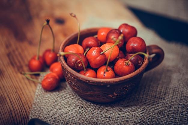 Cerejas orgânicas vermelhas em uma tigela