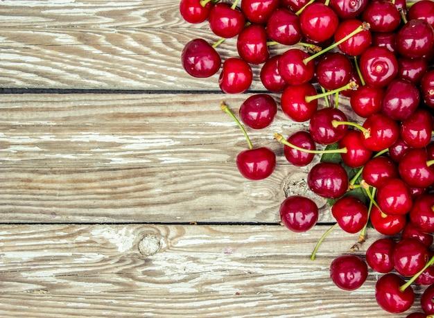 Cerejas vermelhas. foco seletivo. frutas de natureza alimentar.