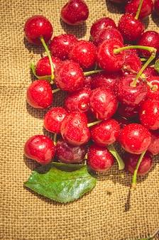 Cerejas vermelhas. foco seletivo.