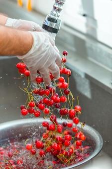 Cerejas vermelhas lavando na água