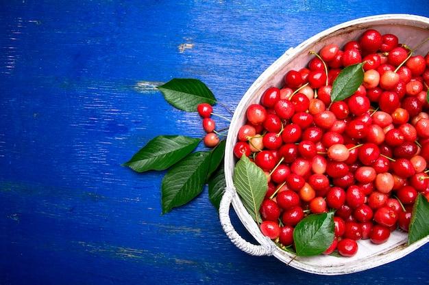 Cerejas vermelhas na cesta branca
