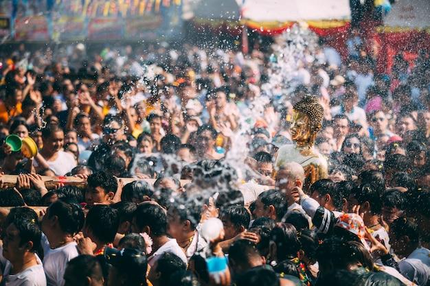Cerimônia da água da estátua de buddha no festival do songkran, tailândia