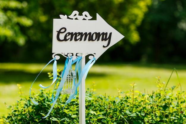 Cerimônia de casamento ao ar livre bonito no parque