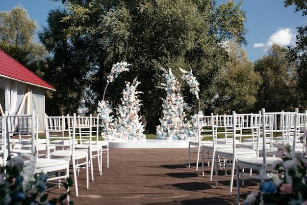 Cerimônia de casamento ao ar livre com decoração de flores