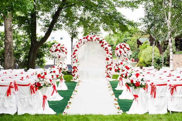 Cerimônia de casamento ao ar livre. decoração de cerimônia de casamento, linda decoração de casamento, flores