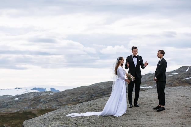 Cerimônia de casamento de saída em um fragmento de rocha na noruega chamado troll's language