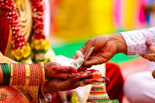 Cerimônia de casamento indiano tradicional, mão do noivo e da noiva