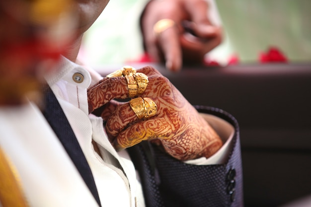 Cerimônia de casamento indiano tradicional, mão do noivo