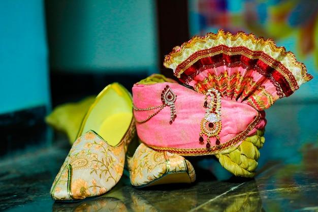 Cerimônia de casamento indiano tradicional. noivo, sapatos de casamento e pagadi