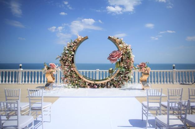 Cerimônia de casamento luxuosa na costa do oceano