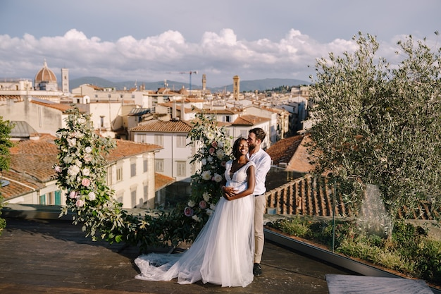 Cerimônia de casamento na cobertura do prédio, com vista panorâmica da cidade e da catedral de santa maria del fiore