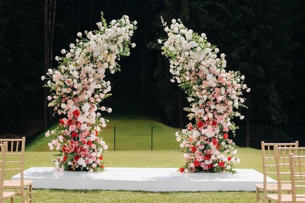 Cerimônia de casamento na rua no gramado verde