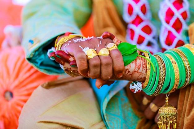 Cerimônia de casamento tradicional indiana, noivo segurando a mão da noiva