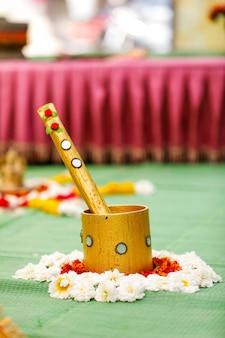 Cerimônia de casamento tradicional no hinduísmo: puja thali e decoração de flores