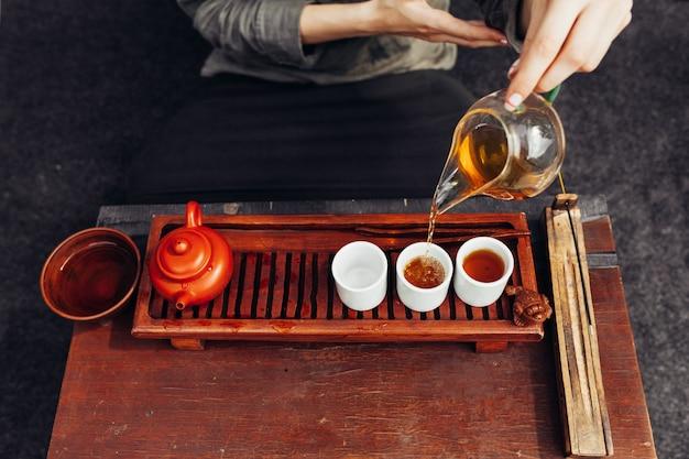 Cerimônia de chá tradicional perto com mão de mulher