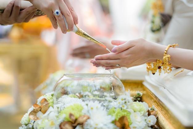 Cerimônia de derramamento de água benta para noivos