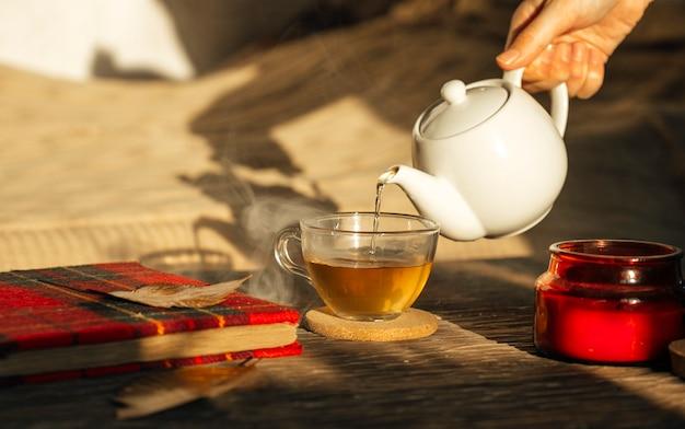 Cerimônia do chá com uma xícara de café e um bule de chá em uma mesa de madeira