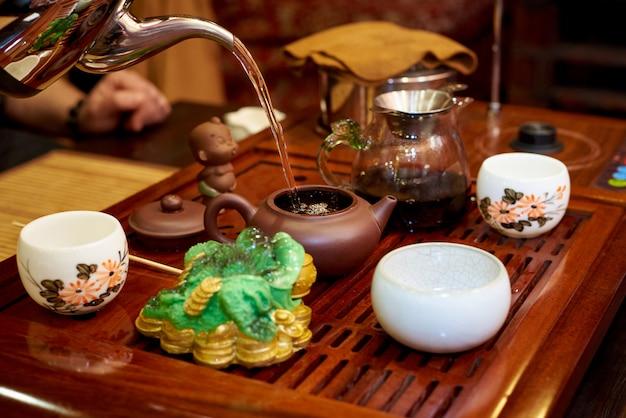Cerimônia do chá. conjunto para cerimônia do chá. preparação de chá.