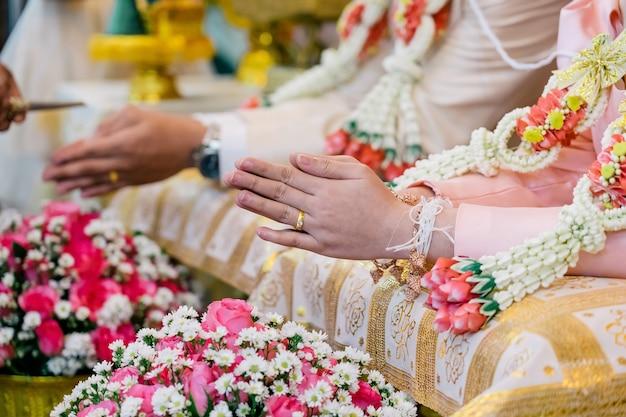 Cerimônia molhando para o casamento tailandês da prosperidade.
