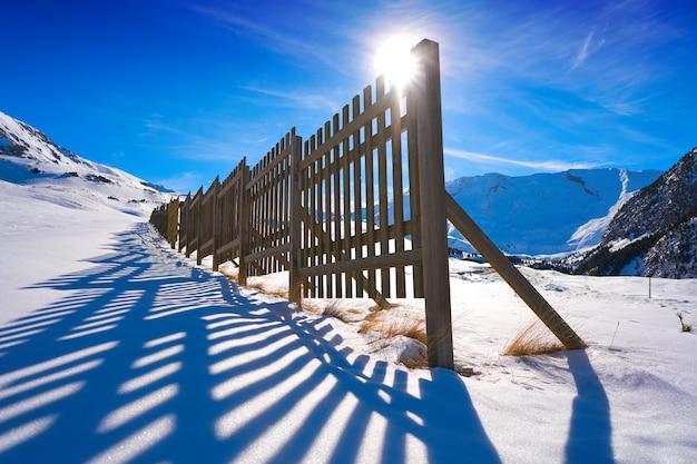 Cerler cerca de neve de madeira nos pirinéus