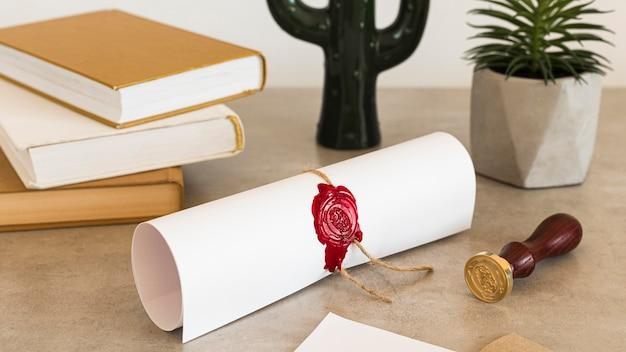 Certificado de diploma de educação e objetos de mesa