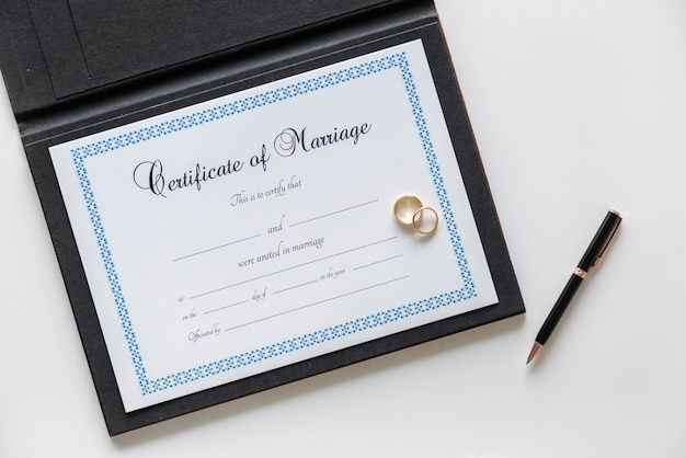 Certificado de pedido de casamento isolado no branco